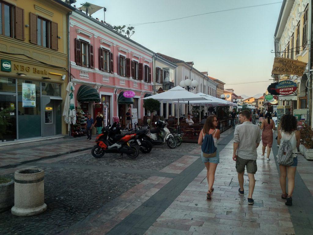 Offroad in Albanien - Unzählige Cafés, Restaurants und Geschäfte erwarten uns an der Flaniermeile Kole Idromeno.