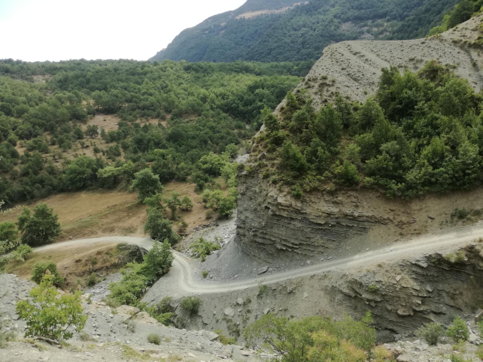 Offroad in Albanien - Eine wunderschön gewundene Piste führt uns nach Permet