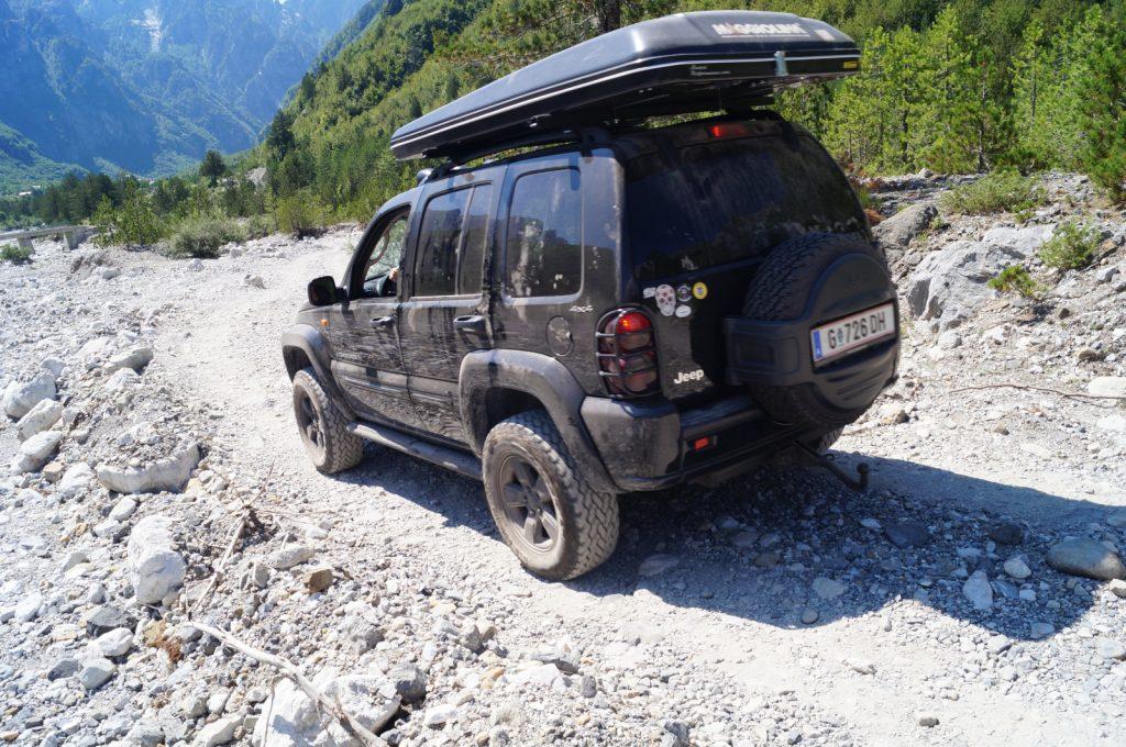 Offroad in Albanien - Unterwegs auf holpriger Piste im Theth-Tal.