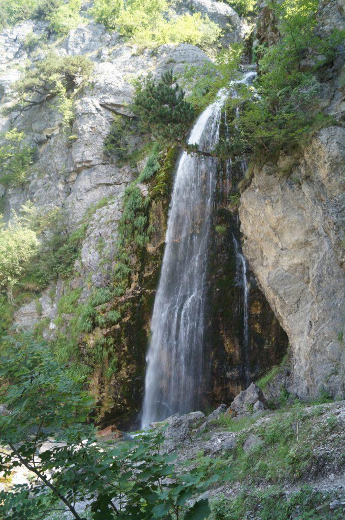 Offroad in Albanien - Abkühlung finden wir am Wasserfall von Grunas.