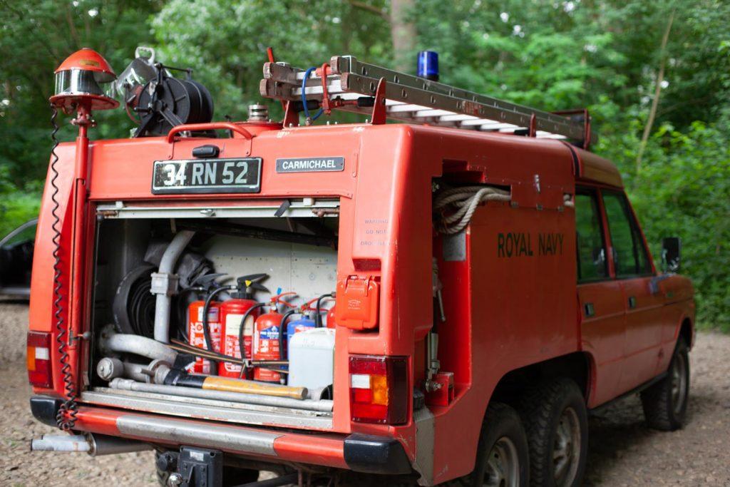 Range Rover TACR Mk2 - 240 Volt Anschluss (rechts) mit Ausrüstung. Die zweite Spritze hat Mathias schon bekommen.