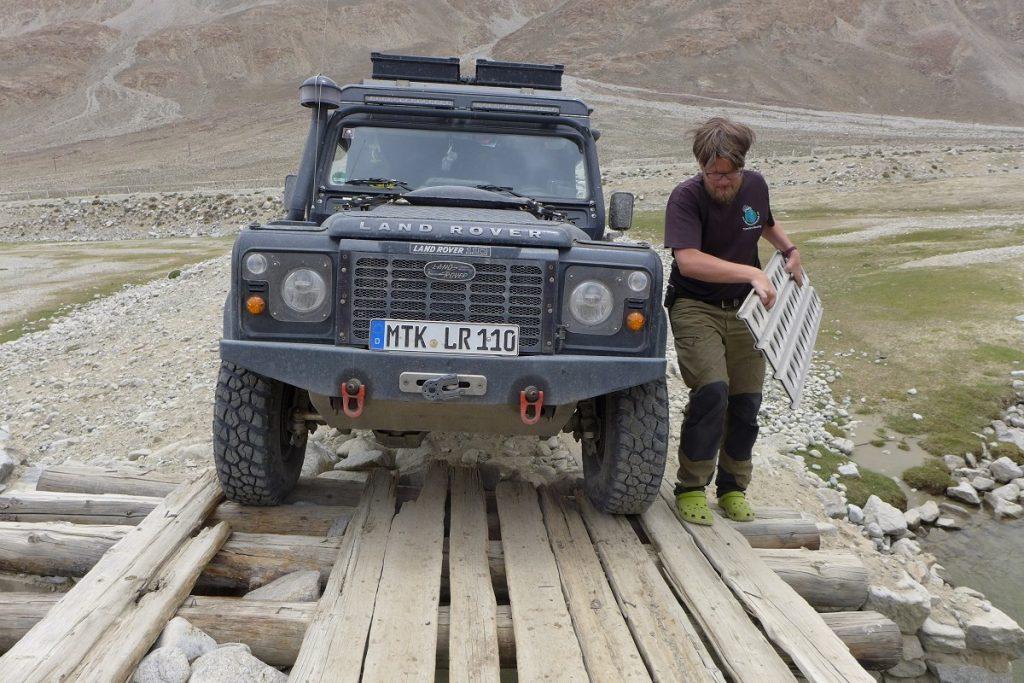 """Offroad-Reise Pamir Highway - """"Brückenbauarbeiten""""."""