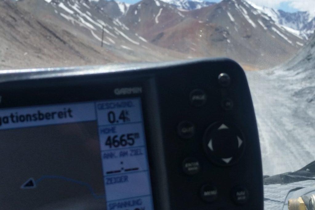 Offroad-Reise Pamir Highway - Unglaubliche 4.665 m zeigt das Navi am Ak-Baital-Pass.