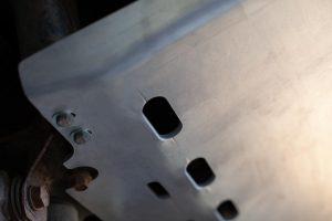 re-suspension Unterfahrschutz Toyota Land Cruiser 100 - Ablauföffnungen für Wasser und Dreck.