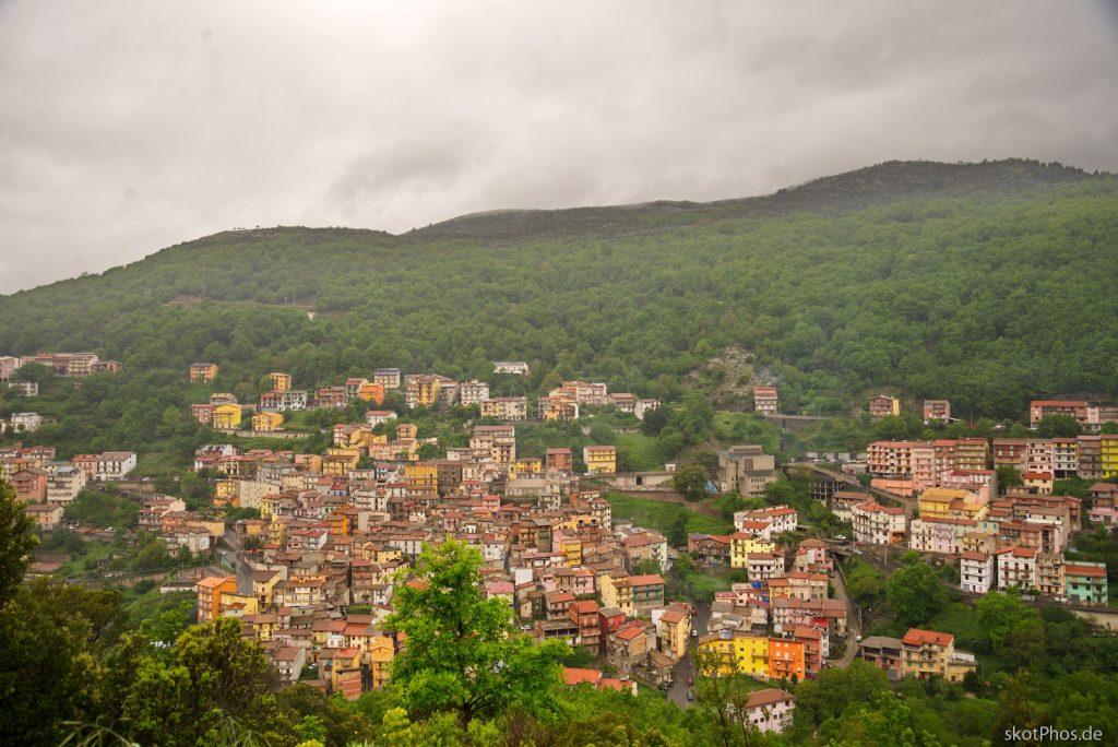 Durch die unberührte Bergwelt des Gennargentu - Blick auf Desulo.