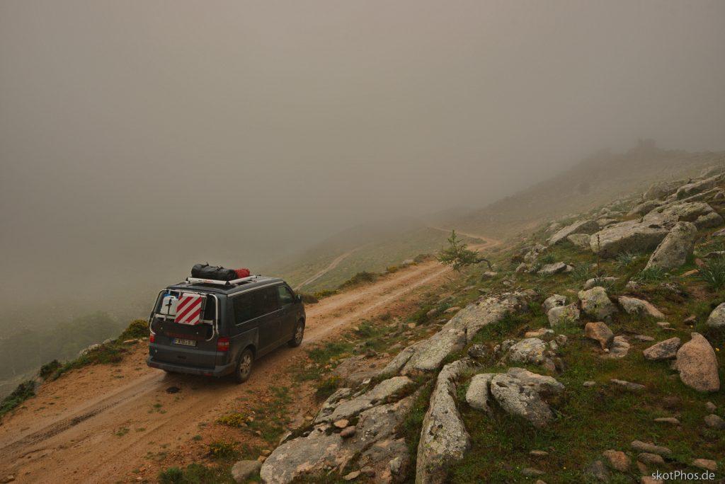 Durch die unberührte Bergwelt des Gennargentu - Nebel versperrt die Sicht.