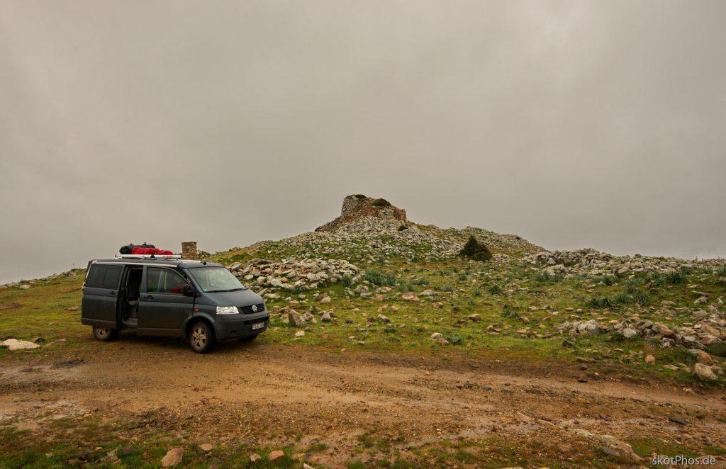 Durch die unberührte Bergwelt des Gennargentu - An der Nurraghe Orruinas.