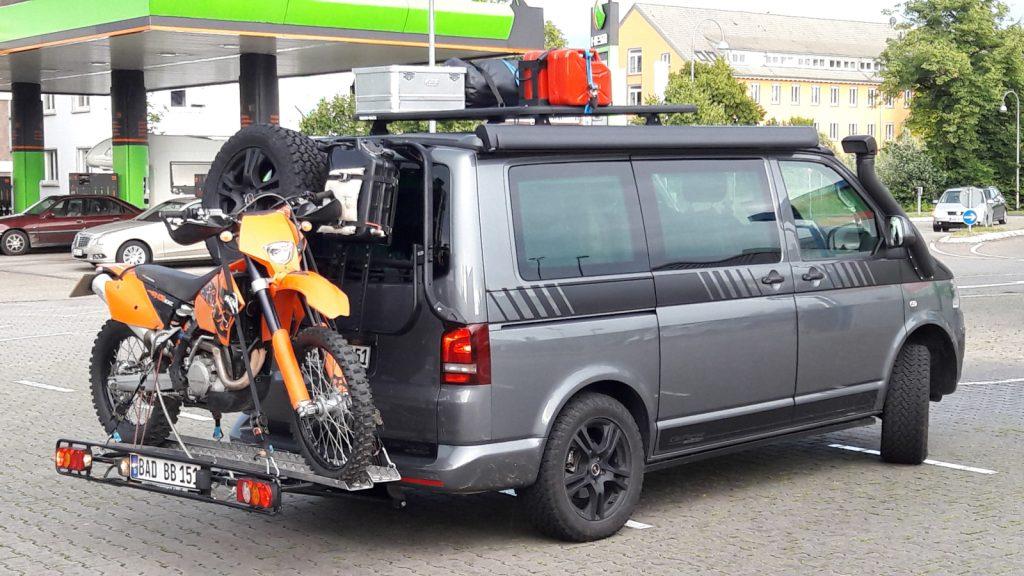 Ein Bulli für das Grobe - Huckepack: Nicht nur auf vier Rädern ins Gelände. Ab in den Endurourlaub.