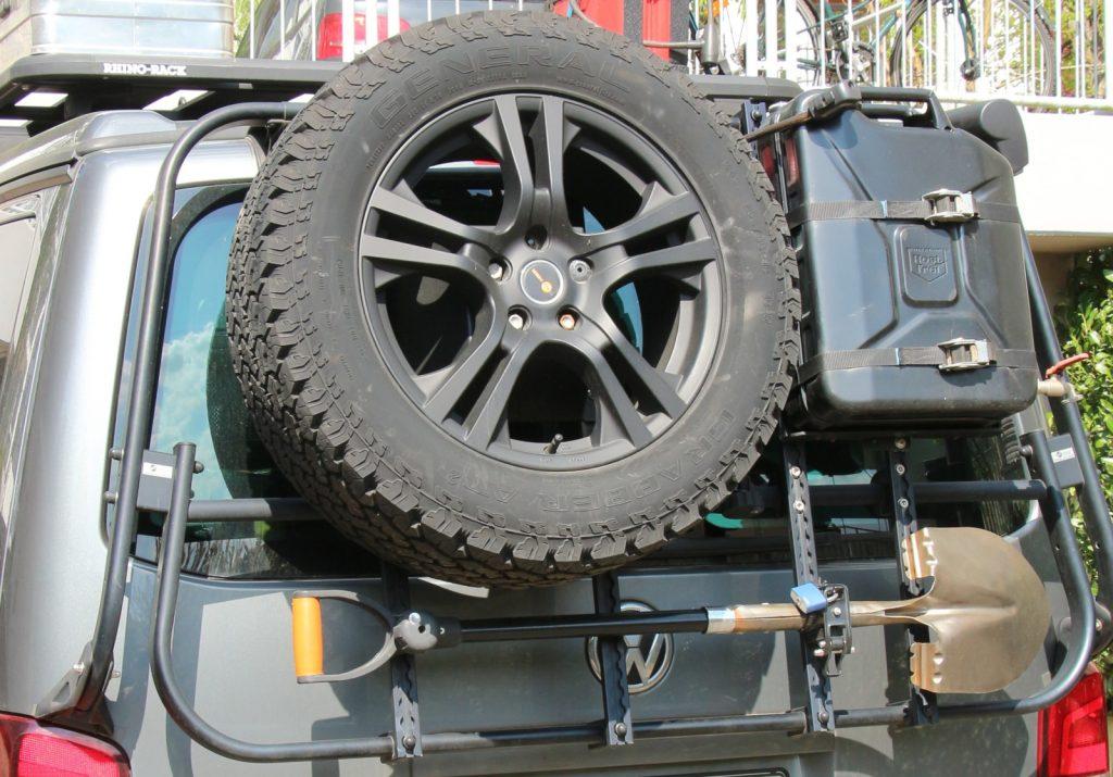 Ein Bulli für das Grobe - Tragehilfe: Der original VW-Fahrradträger wurde modifiziert und ist mit unterschiedlichen Haltemodulen für Reserverad, Kanister und Schaufel oder zum Beispiel auch für Ski und Snowboard oder Gepäckbox erhältlich.