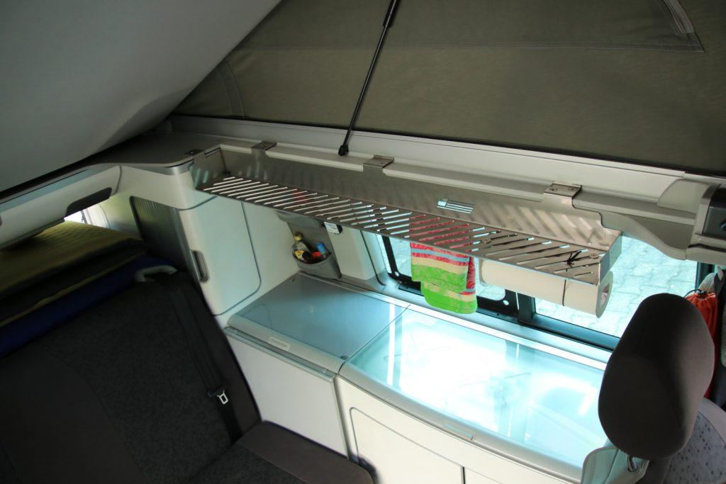 Ein Bulli für das Grobe - Küchenerweiterung: Das Regal über der Küchenzeile schafft dringend benötigte, zusätzliche Ablagefläche beim Kochen.
