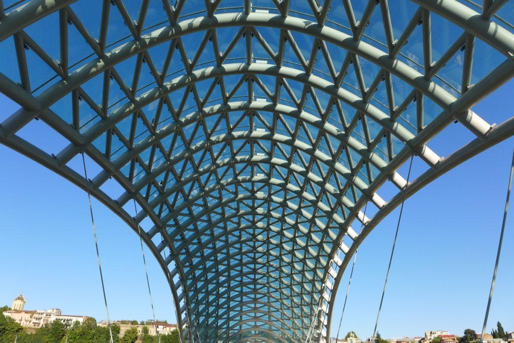 "Offroad in Georgien - Fabelhafte Architektur der ""Friedensbrücke"" in Tbilissi."