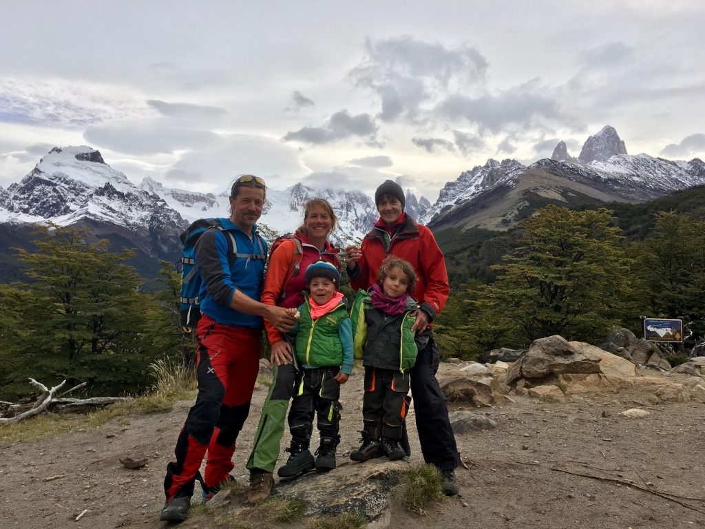 R_Many_Rivers_to_cross_05 - Familienbild vor Cerro Torre.