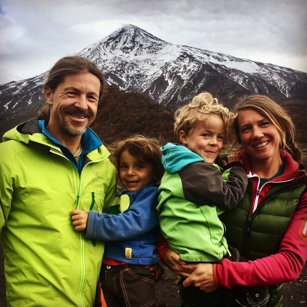 R_Many_Rivers_to_cross_17 - Familie Armsen vor Vulkan.