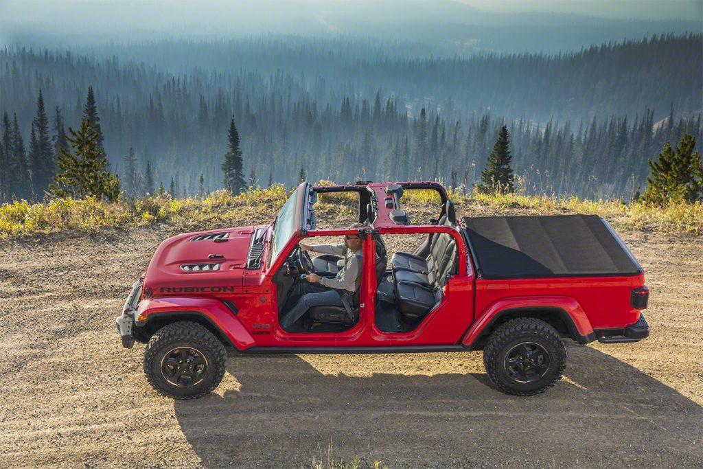Jeep Gladiator - Ohne Türen, die Säulen und Streben sind in Wagenfarbe lackiert.
