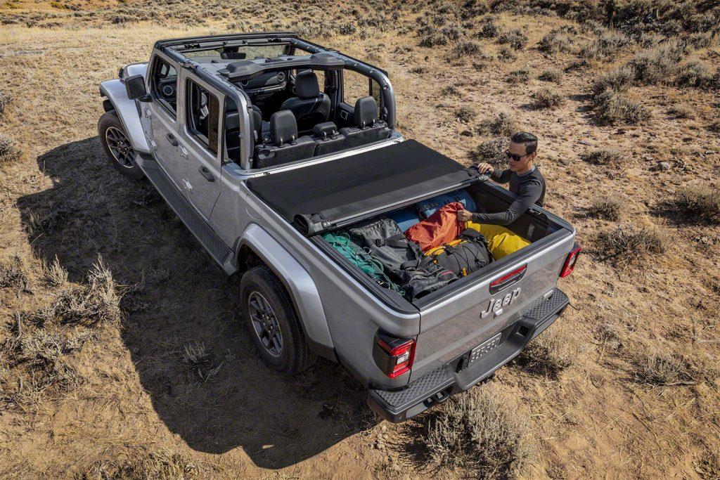 Jeep Gladiator - Fahgastraum offen, mit Ladraumabdeckung.