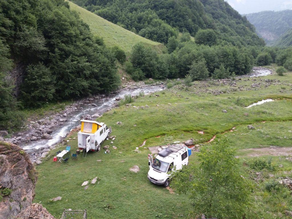Offroad-Overlanding-Weltreise mit Kindern - Wildcamping im hohen Kaukasus, Georgien.