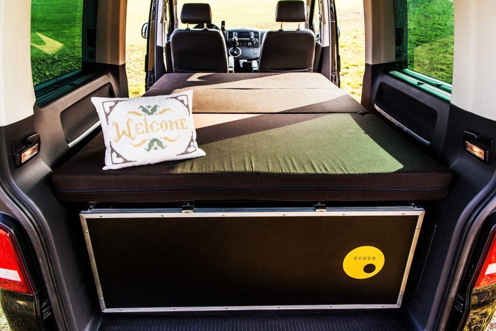 QUQUQ - Bequemer kannst du im Bus nicht schlafen.