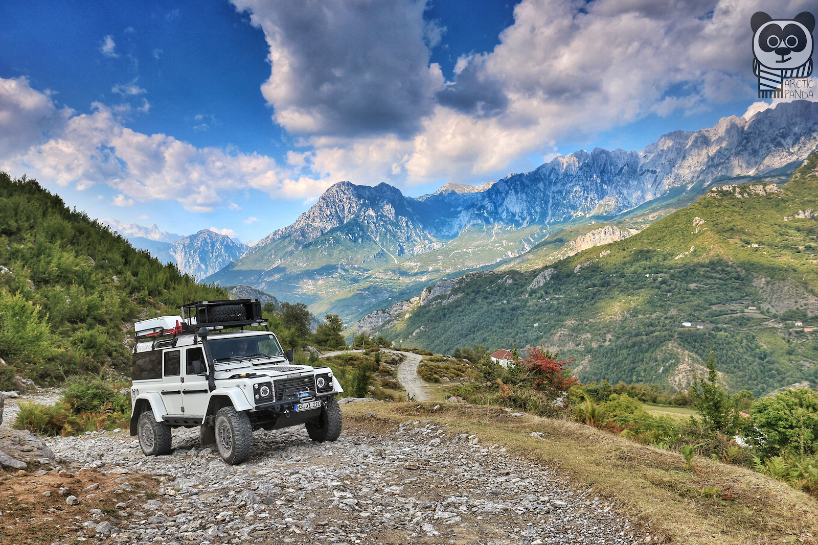 Blick in die Pandaaugen....unterwegs in den albanischen Bergen.