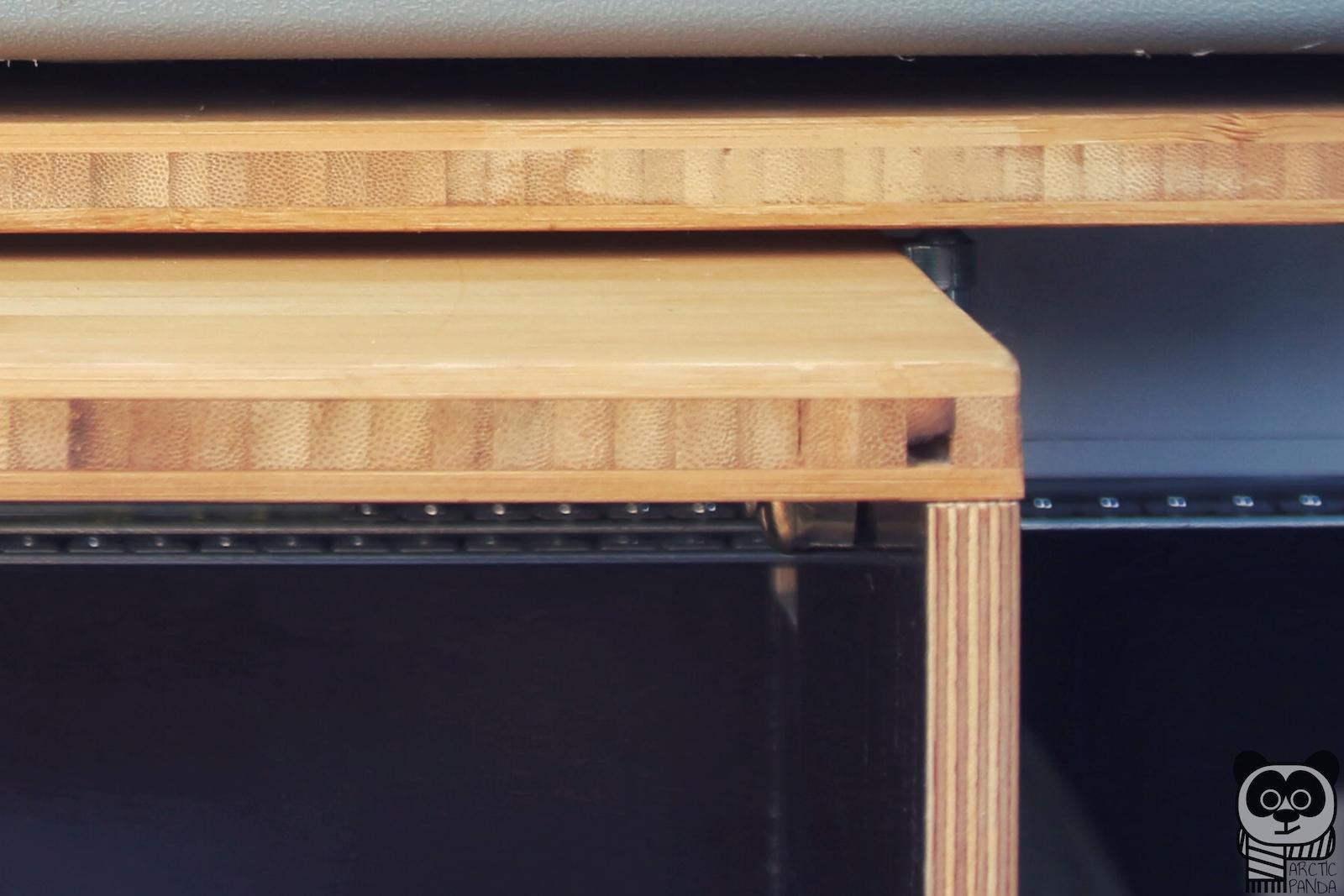 Materialmix im Detail: Bamus im Sichtbereich, dünne Siebdruckplatten im Unterbau.