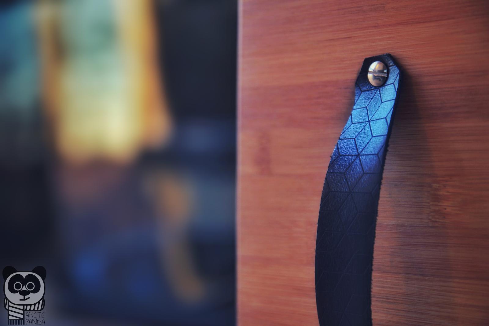 Die geprägten Ledergriffe sehen nicht nur gut aus, sie sind auch echt praktisch.