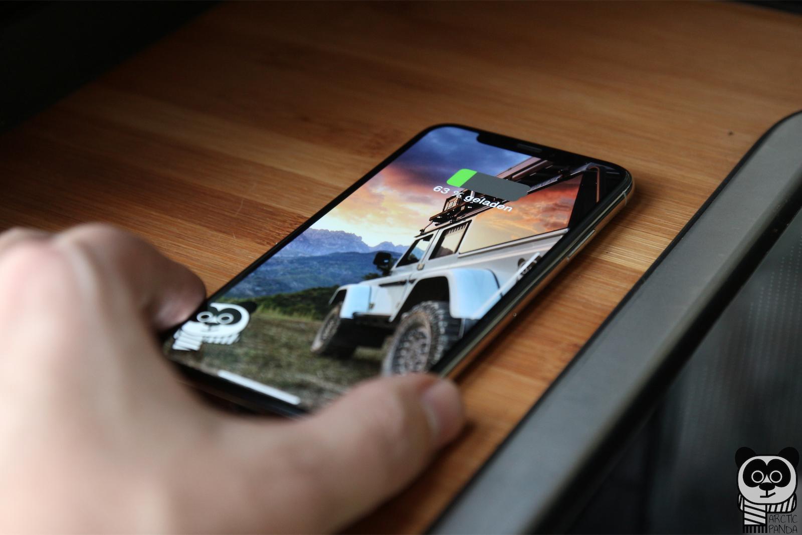 Campingausbau - Induktives Laden durch bloßes ablegen des iPhones auf die Küchenplatte.