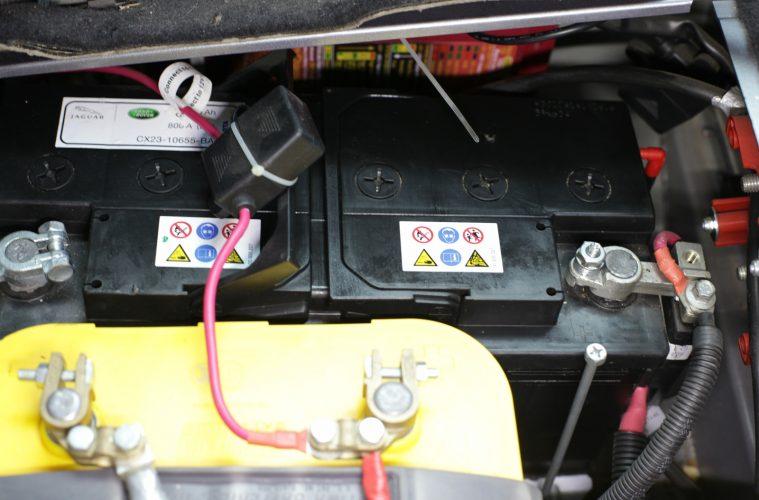 Doppelbatteriesystem im Geländewagen.
