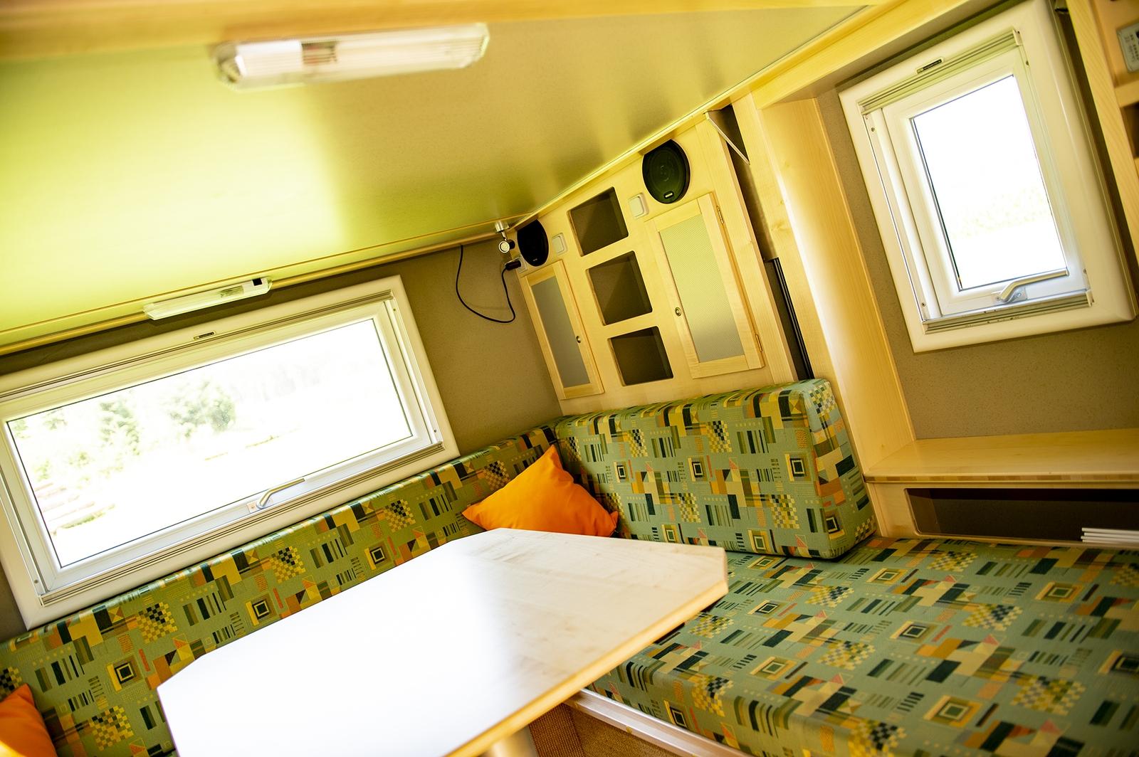 Die Bimobil-Kabine EX 435 verfügt über eine großzügige Sitzecke und jede Menge Stauraum. Neben der Sitzbank gibt es eine Extra-Fach für Bücher.