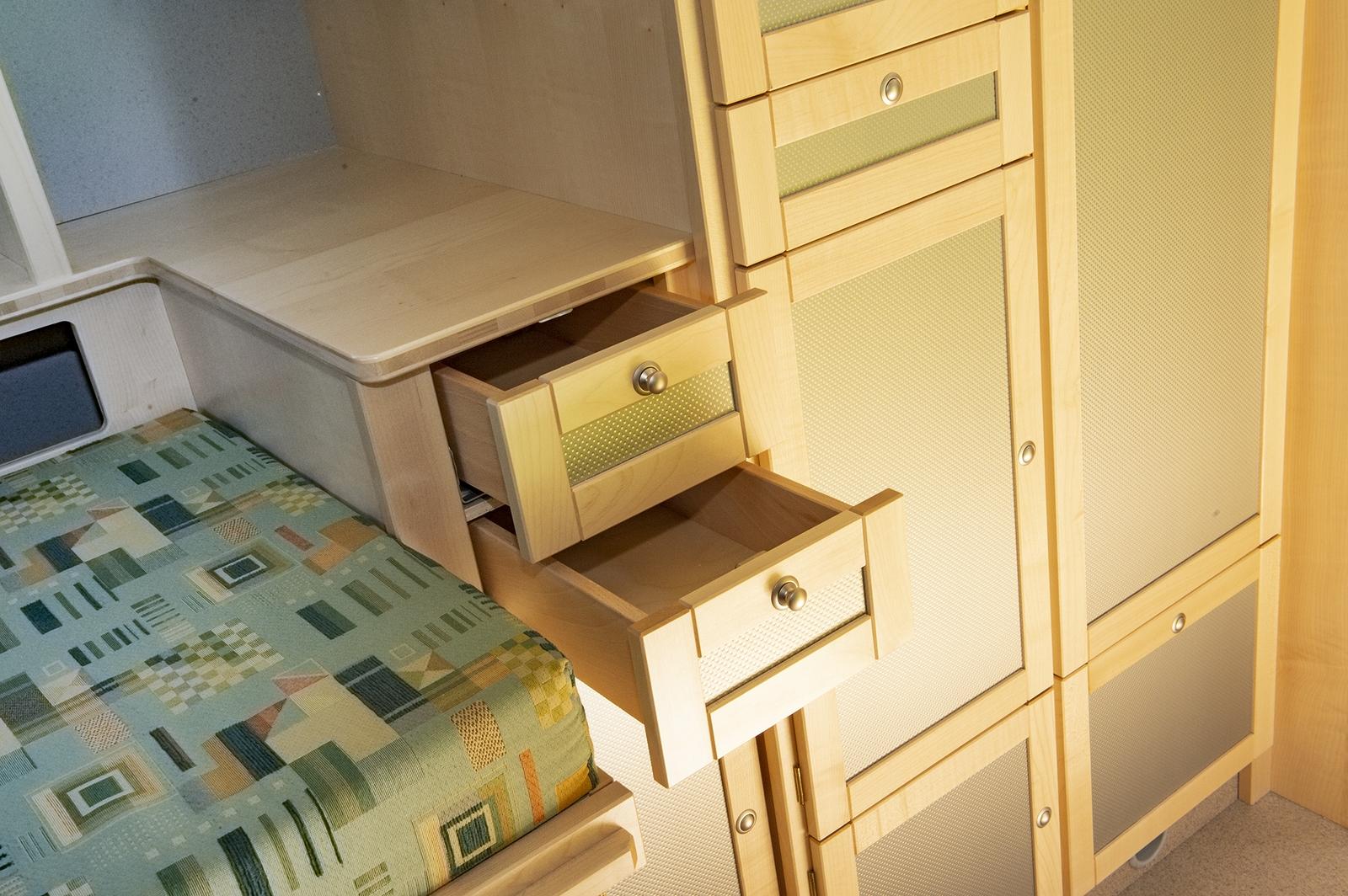 Stauklappen und Schubladen finden sich in den unterschiedlichsten Größen. Im Bimobil Unimog hat man viel Platz für Gepäck und Ausrüstung und kann trotzdem gut Ordnung halten.