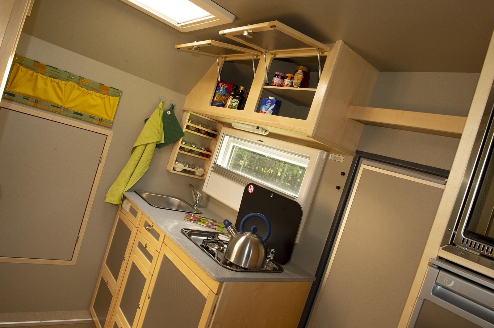 Die Küche lässt kaum Wünsche offen. Es gibt genug Platz für Töpfe, Pfannen, Geschirr, Besteck und Vorräte. Hier lassen sich auch komplette Mehrgänge-Menüs zubereiten.