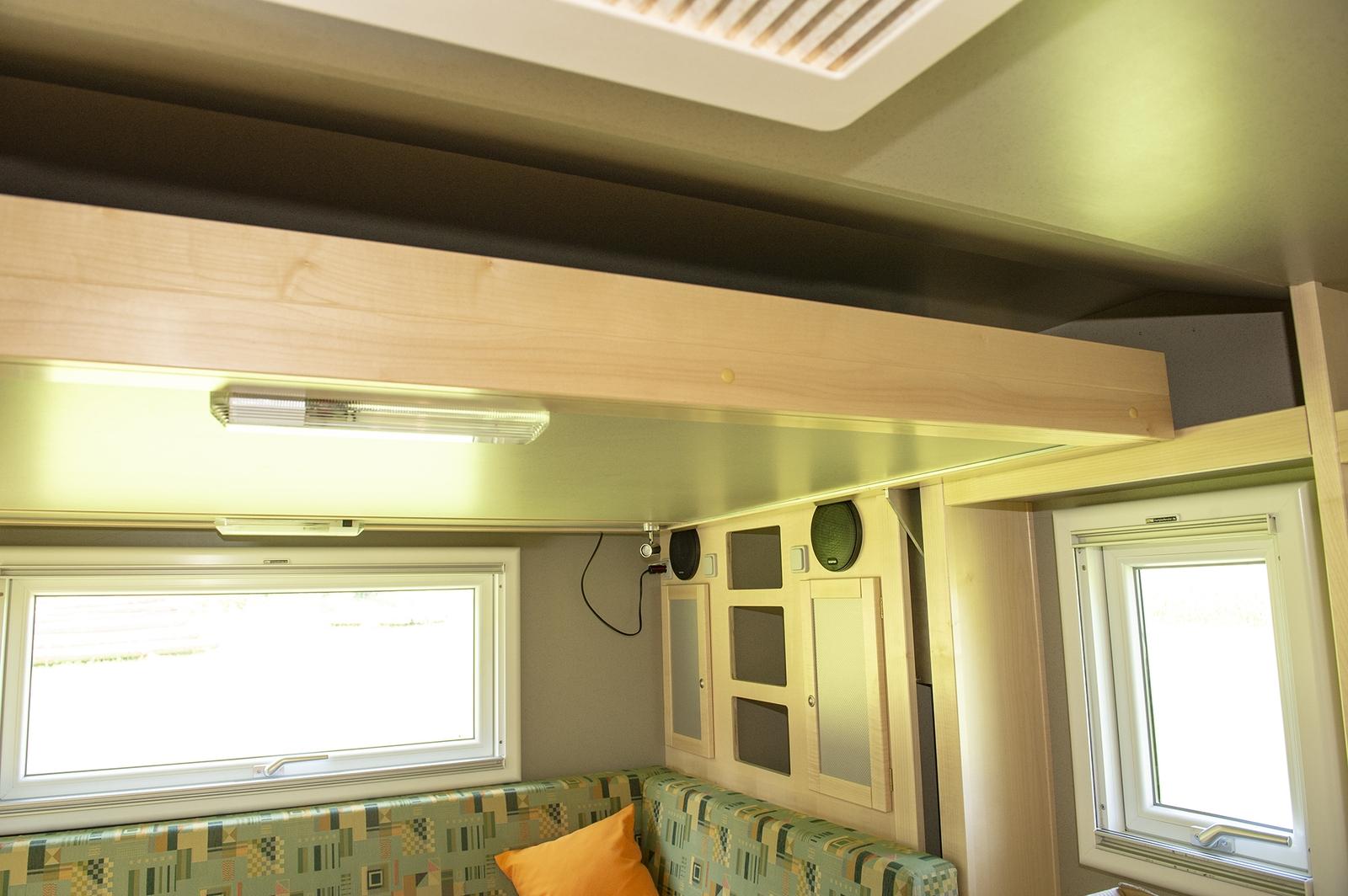 Das Hubbett wird tagsüber hochgefahren. Dadurch gewinnt man viel Platz, den man sonst am Tag kaum nutzt. Wer ein Festbett und eine separate Sitzecke bevorzugt greift zu gleichgroßen Kabine EX 432.
