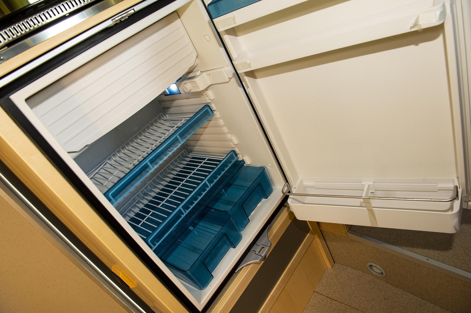 Der Kühlschrank ist rechts von Eingang untergebracht. Damit ist er von der Küche und von der Sitzgruppe aus gleich gut zu erreichen.