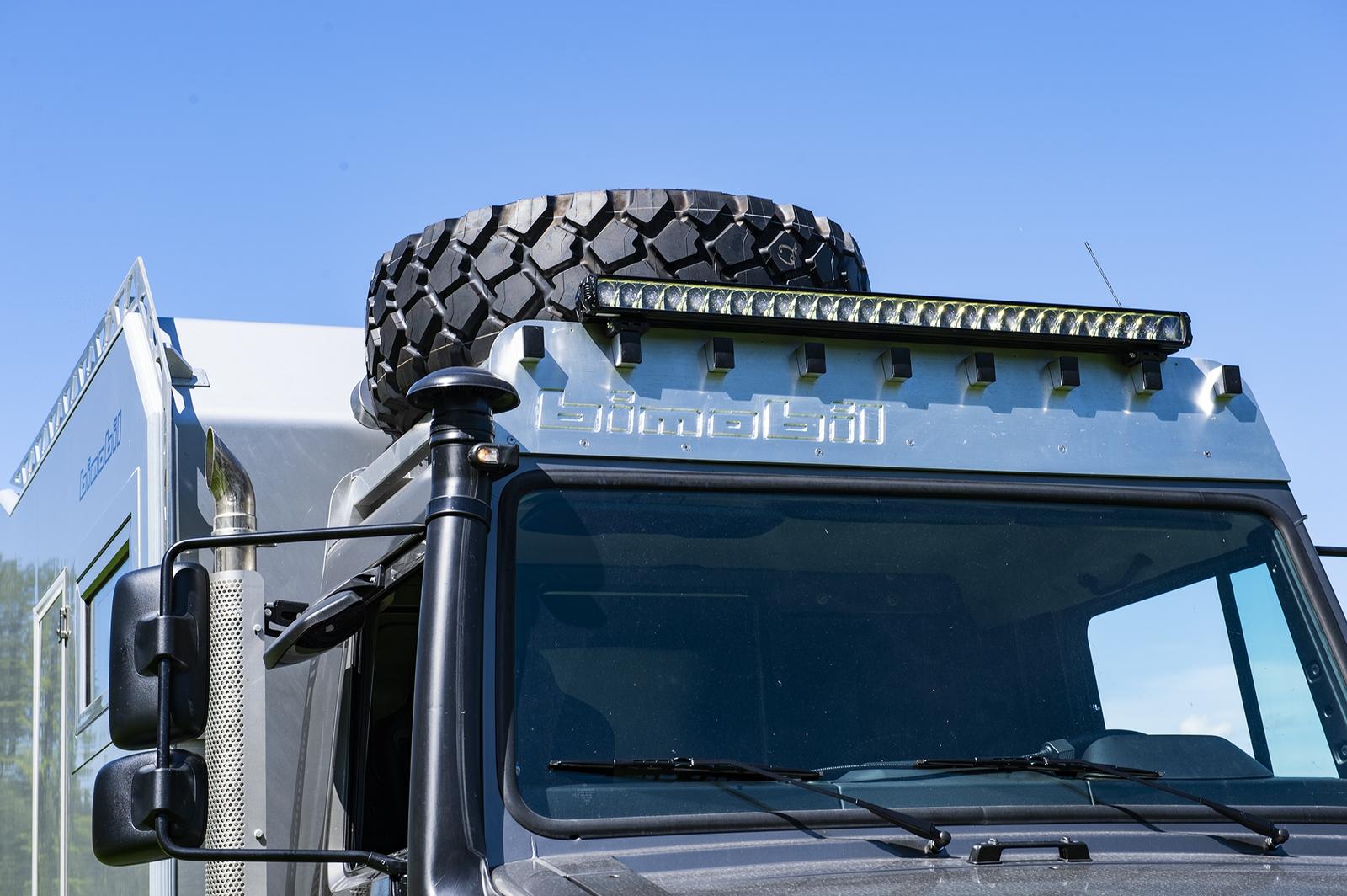 Über das Fahrerhaus passt kein Alkoven zum Schlafen. Dafür bleibt Platz für Ersatzrad oder Alukisten für Werkzeug und Ersatzteile.