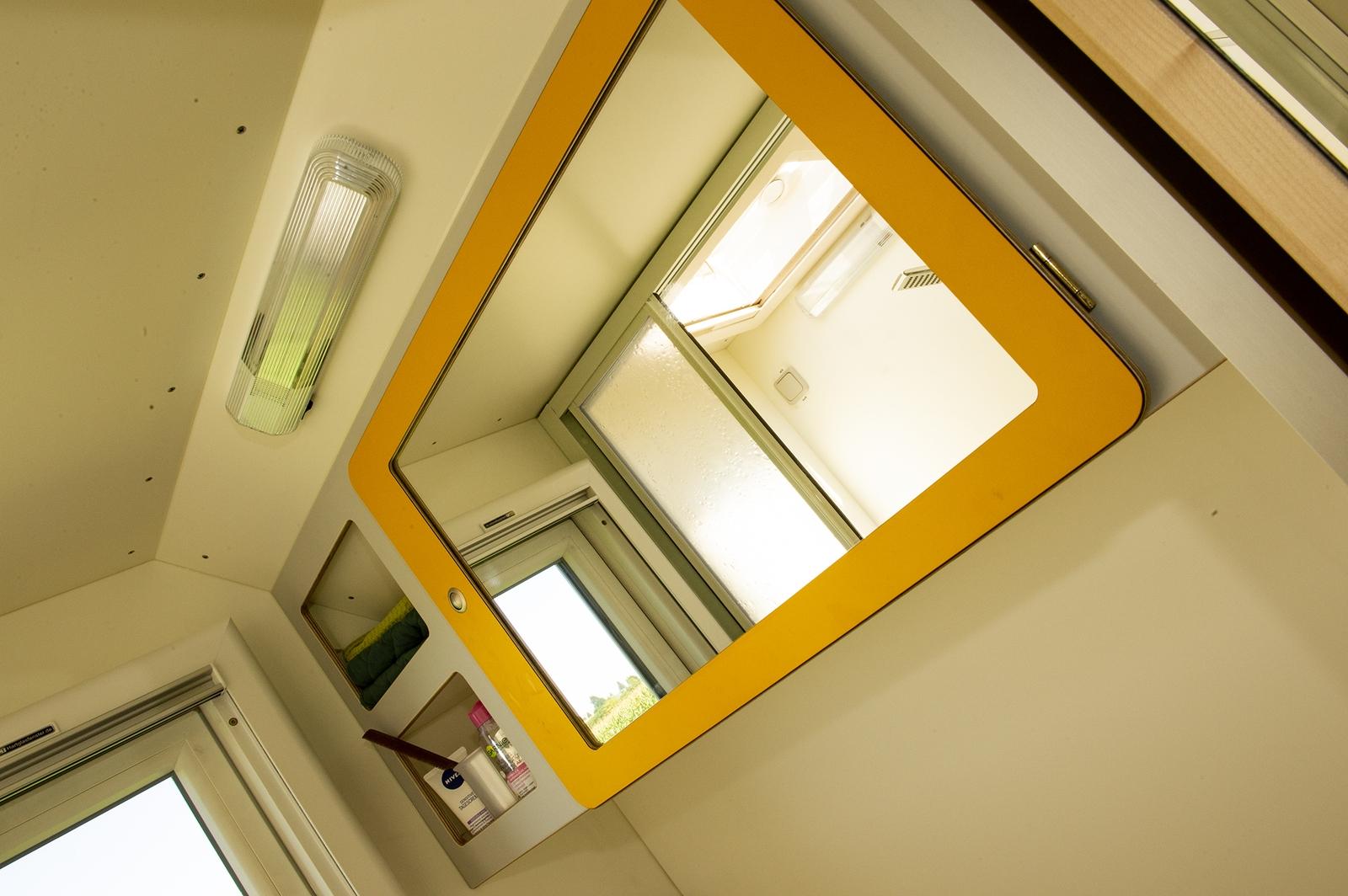 Das Bad ist großzügig gestaltet und bietet viel Ablageflächen uns Staumöglichkeiten. Der Spiegel ist gleichzeitig Schranktür.