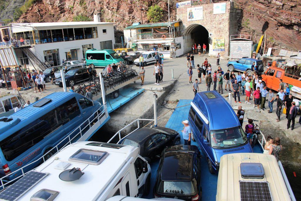 Die überfüllte Fähre am Koman Stausee