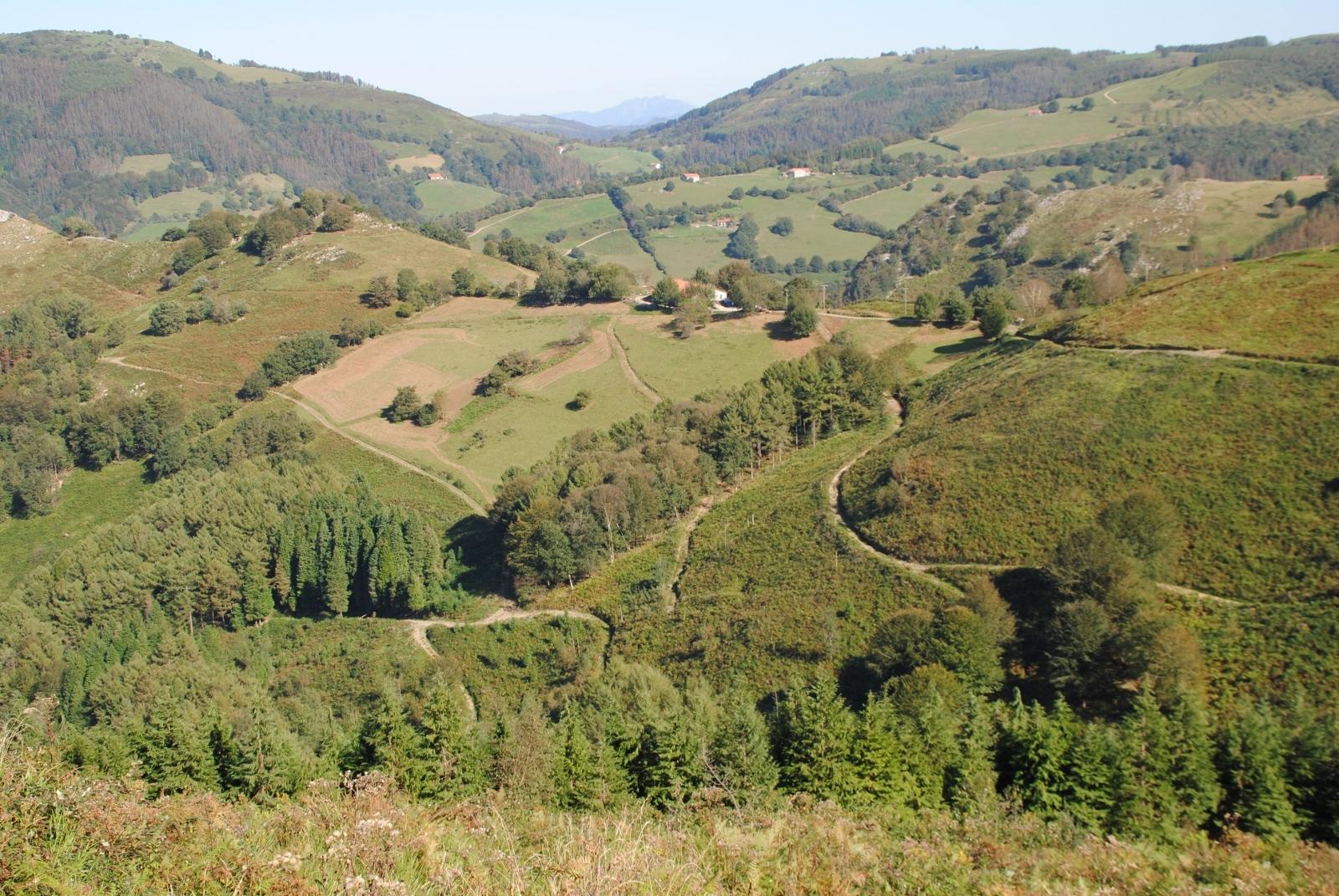 Das Hügelland hat es in sich, es gibt viel zu Entdecken, schöne Pisten und auch die Natur hat so einiges zu bieten.