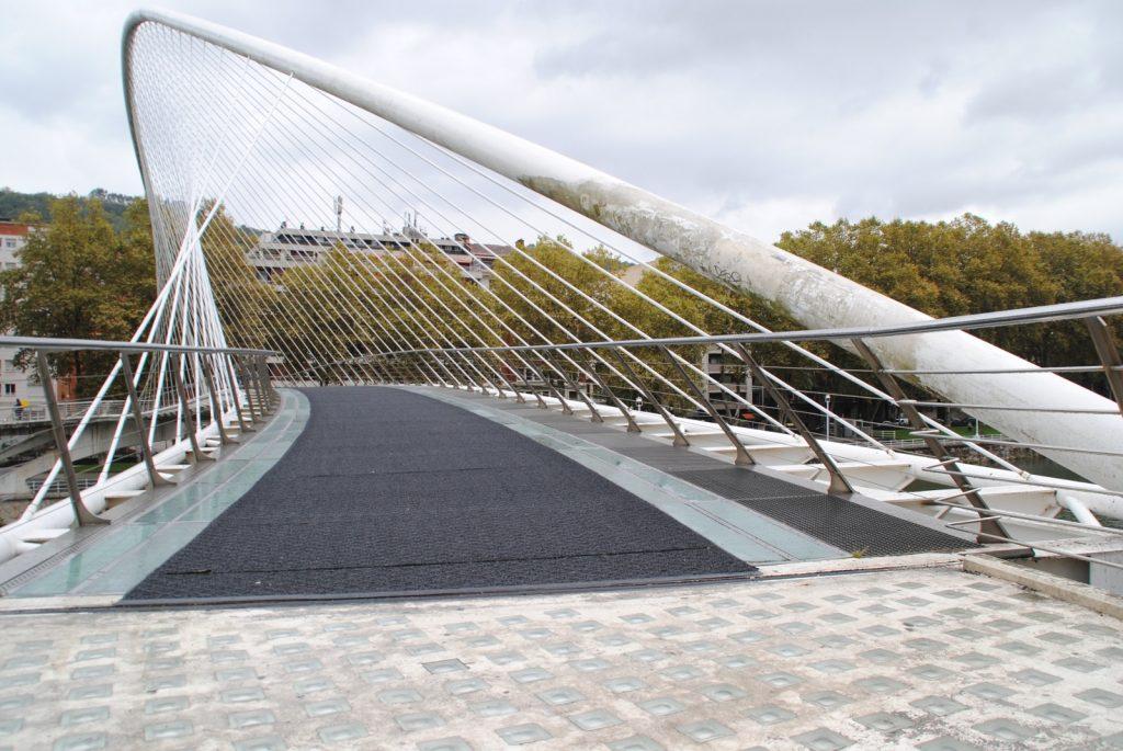 Die futuristische Zubu Zuri Brücke ist nur für Fußgänger oder Radfahrer konzipiert.