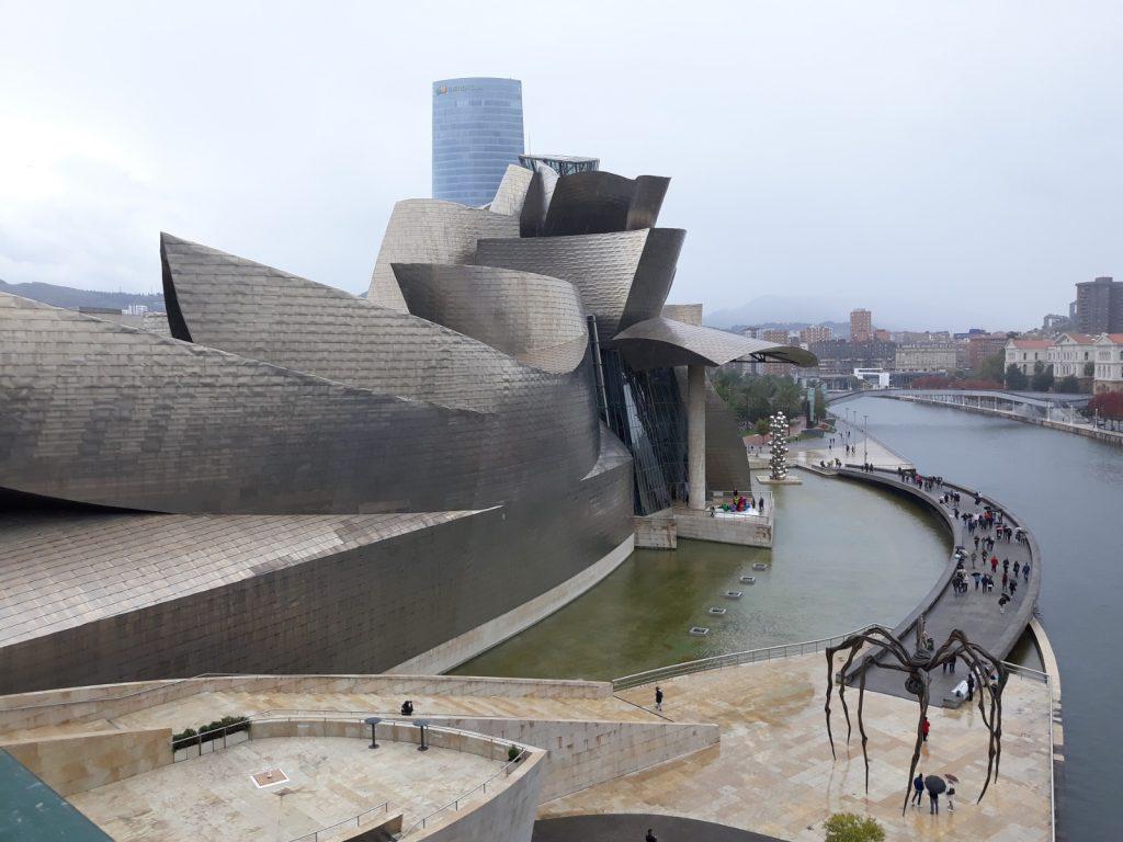 Das Guggenheim Museum, es zieht die Menschen aus aller Herren Länder an.