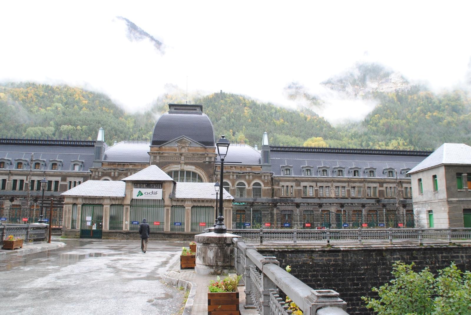 Bahnhof Canfranc - Schon als wir ankommen sind wir beeindruckt.