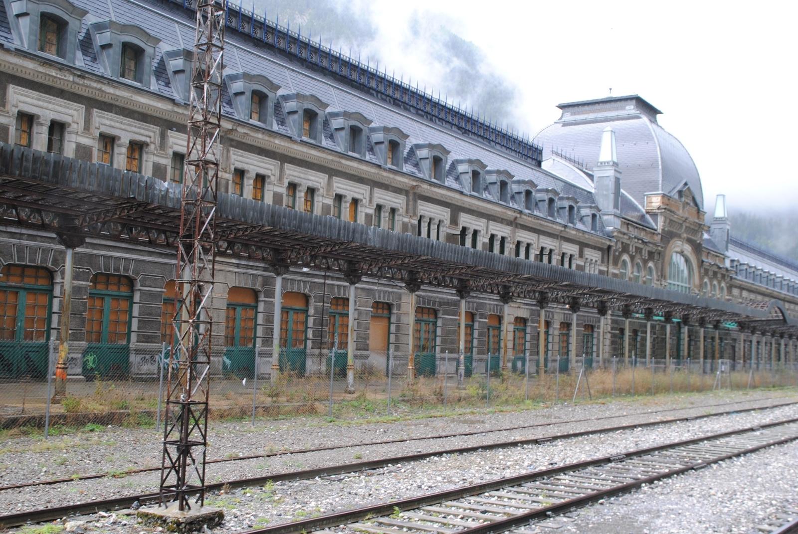 Um in das eigentliche Bahnhofsgebäude zu kommen muss man durch eine Unterführung, doch die ist verschlossen.
