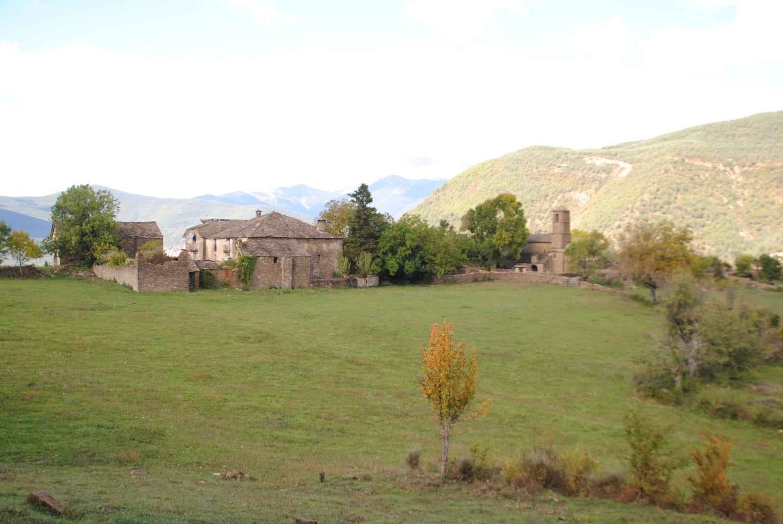 In den Pyrenäen kommt man regelmäßig an verlassenen Dörfern vorbei, die oftmals mit viel Liebe vor dem Verfall bewahrt werden.