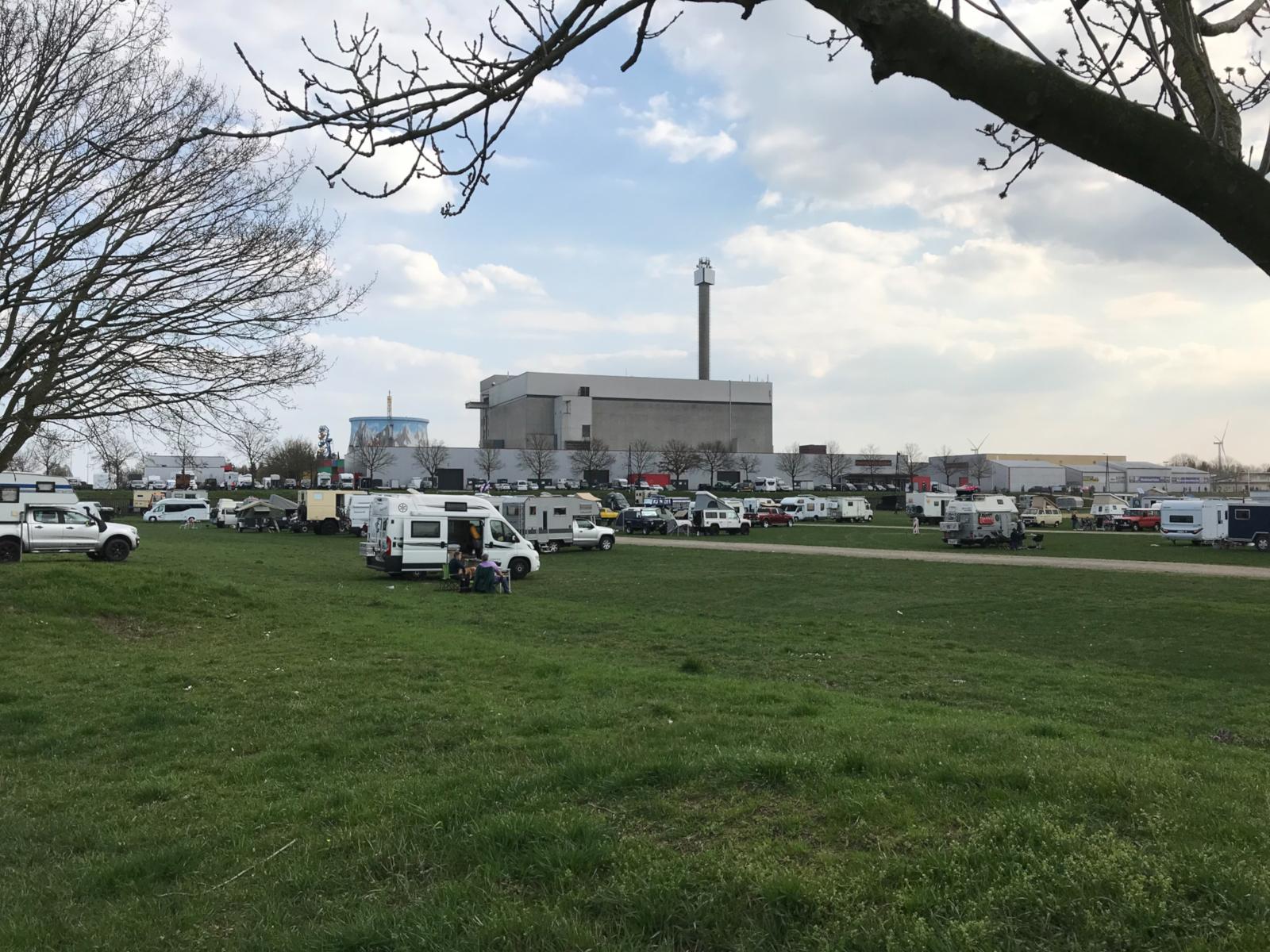 4x4-Rhein-Waal 2019 - Das Campareal vor der Messehalle.