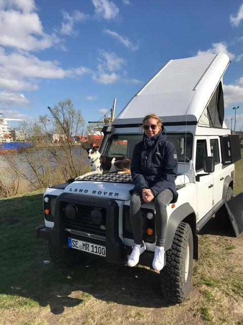 Alexandra Ramthun auf ihrem Land Rover Defender.