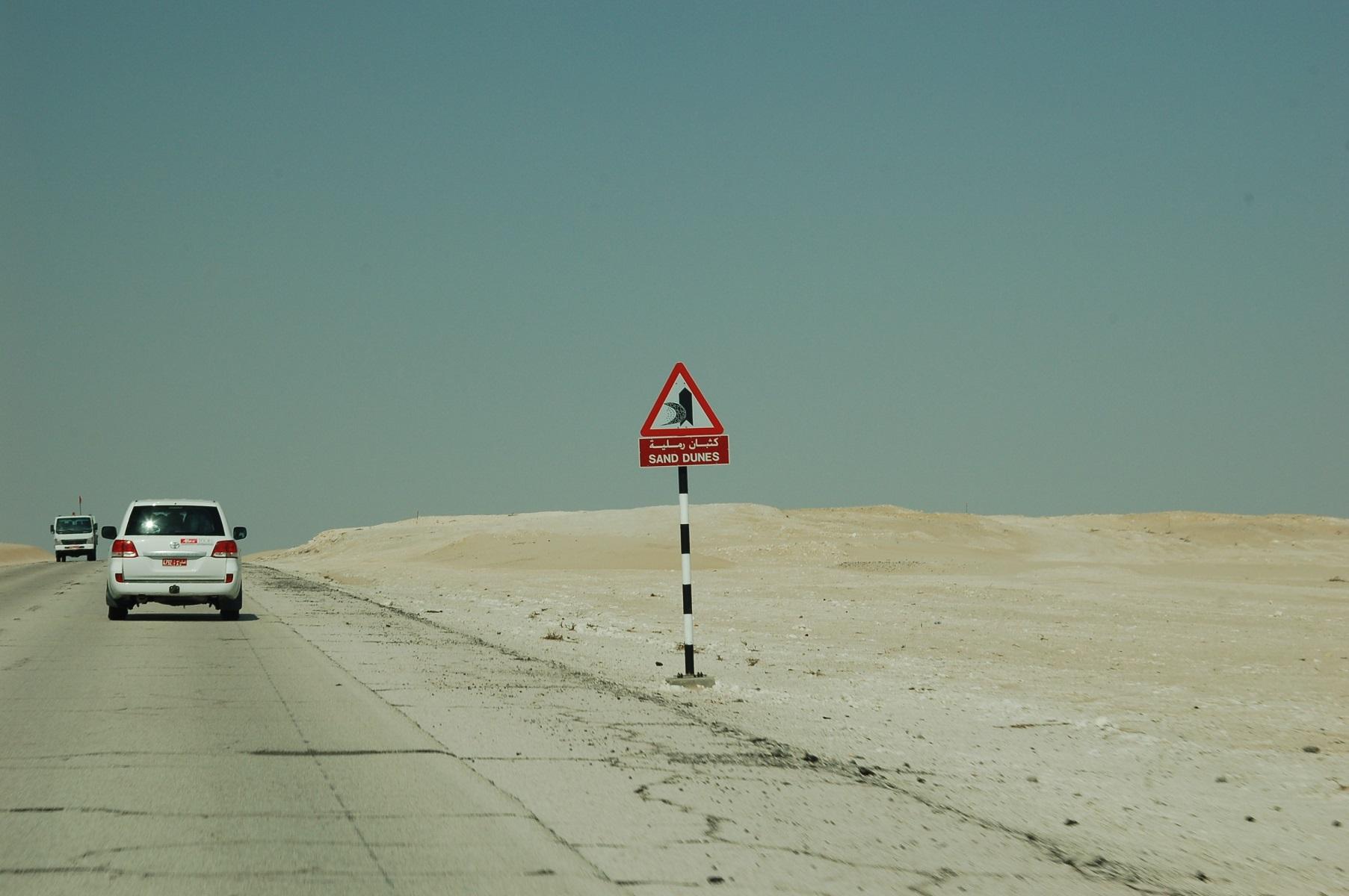 Oman - Gepflegte Straßen und der Klassiker unter den Schildern.