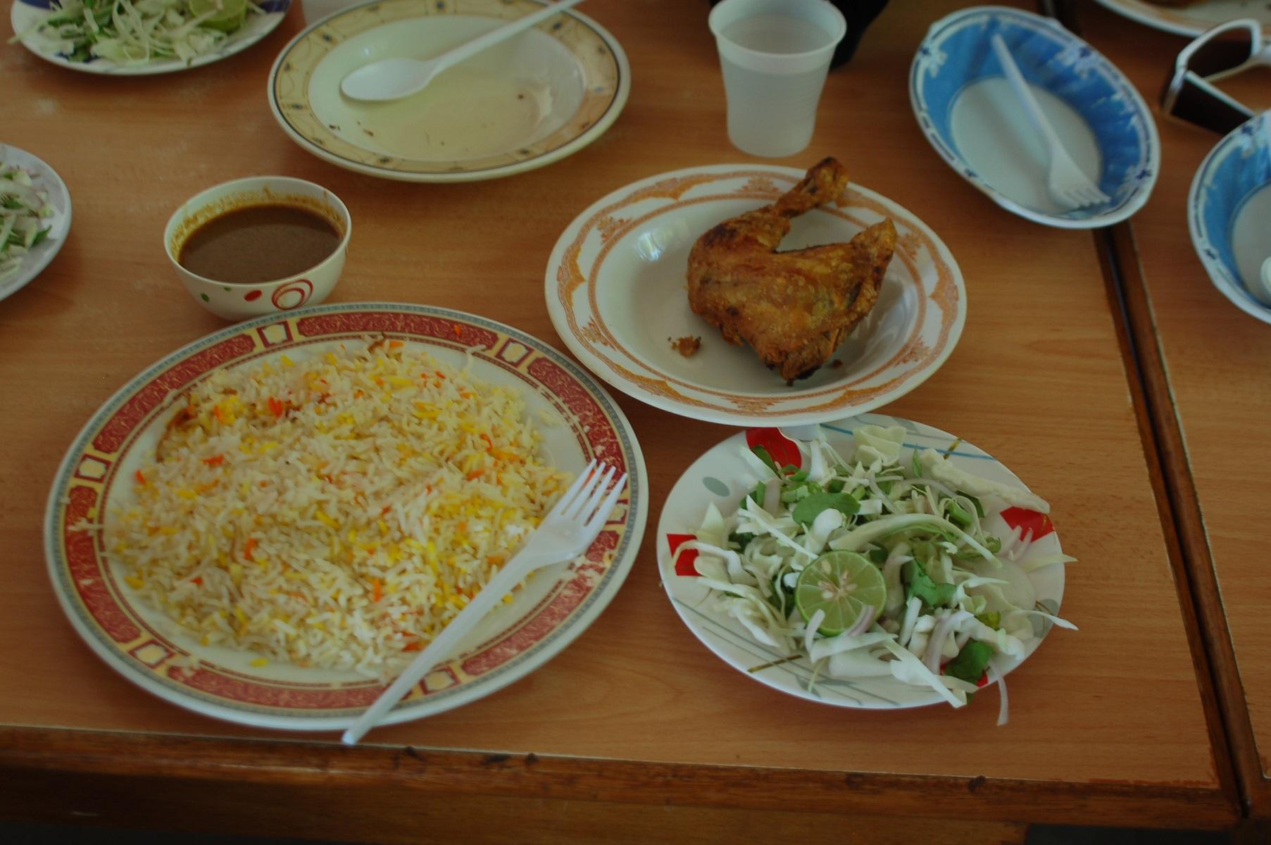 Oman - Fastfood auf arabisch: Reis mit Soße und Hühnchen immer wieder anderes zubereitet , dazu gibt es Salat, ist lecker und macht satt.