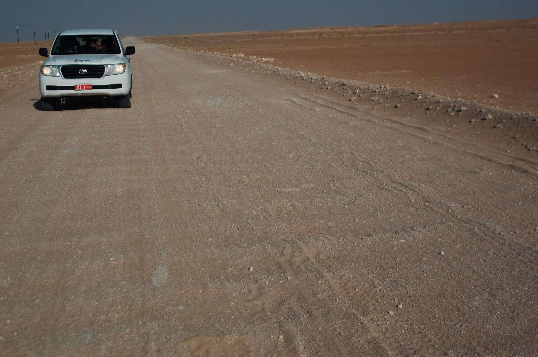 Oman - Egal wie gepflegt die Piste ist, das berühmte Wellblech ist schnell wieder da.