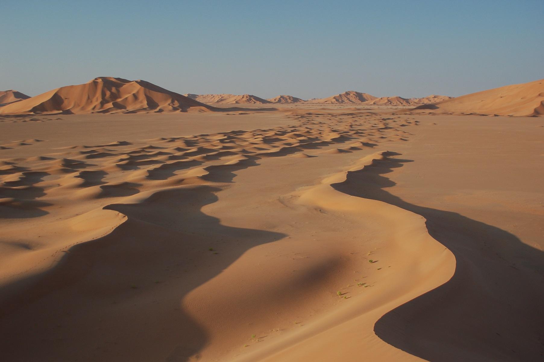 Oman - Beim Sonnenaufgang steht die Sonne tief und hebt die Konturen malerisch ab.