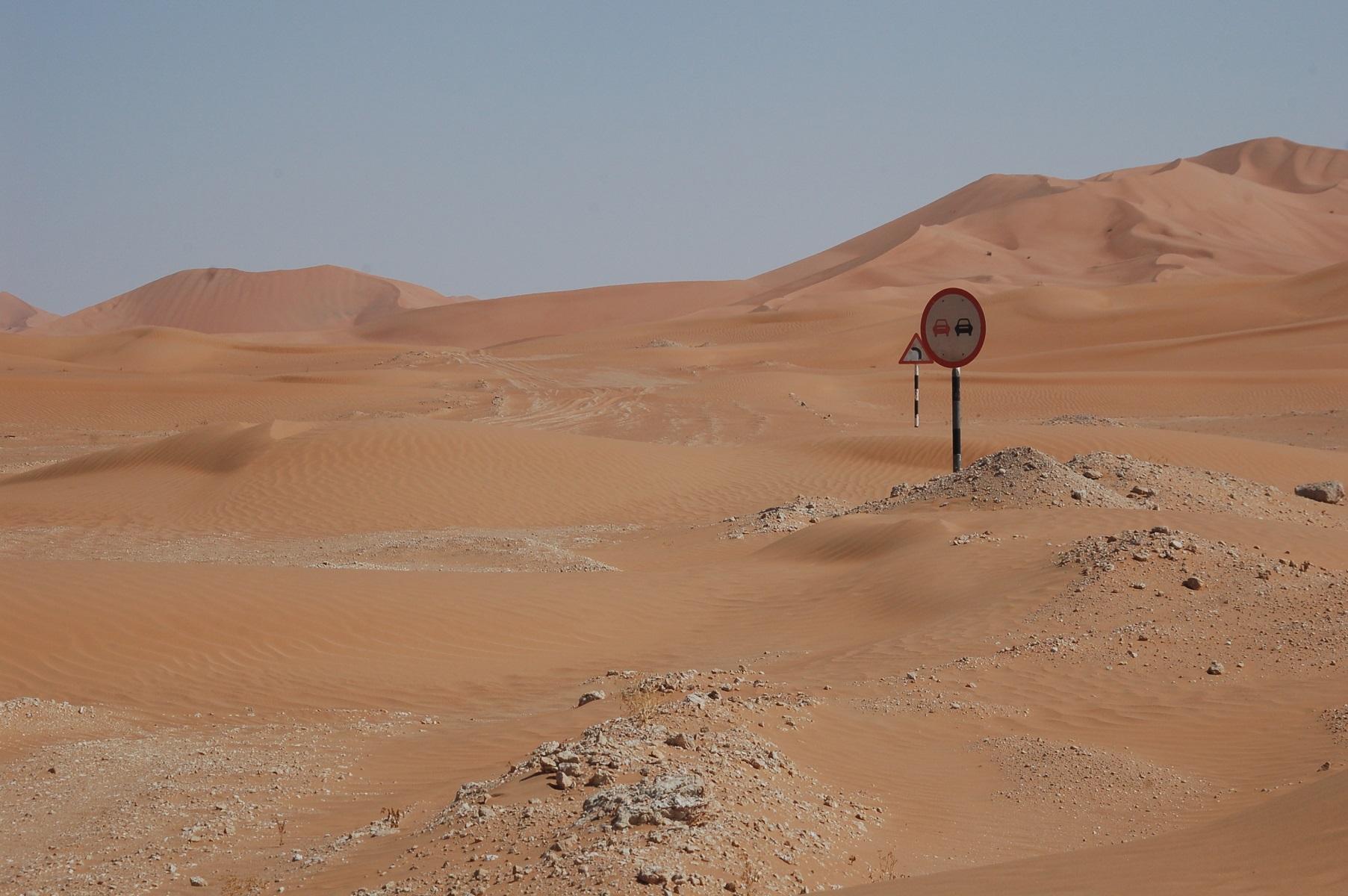 Oman - Die Piste ist vorbildlich ausgeschildert und natürlich halten wir uns dran.