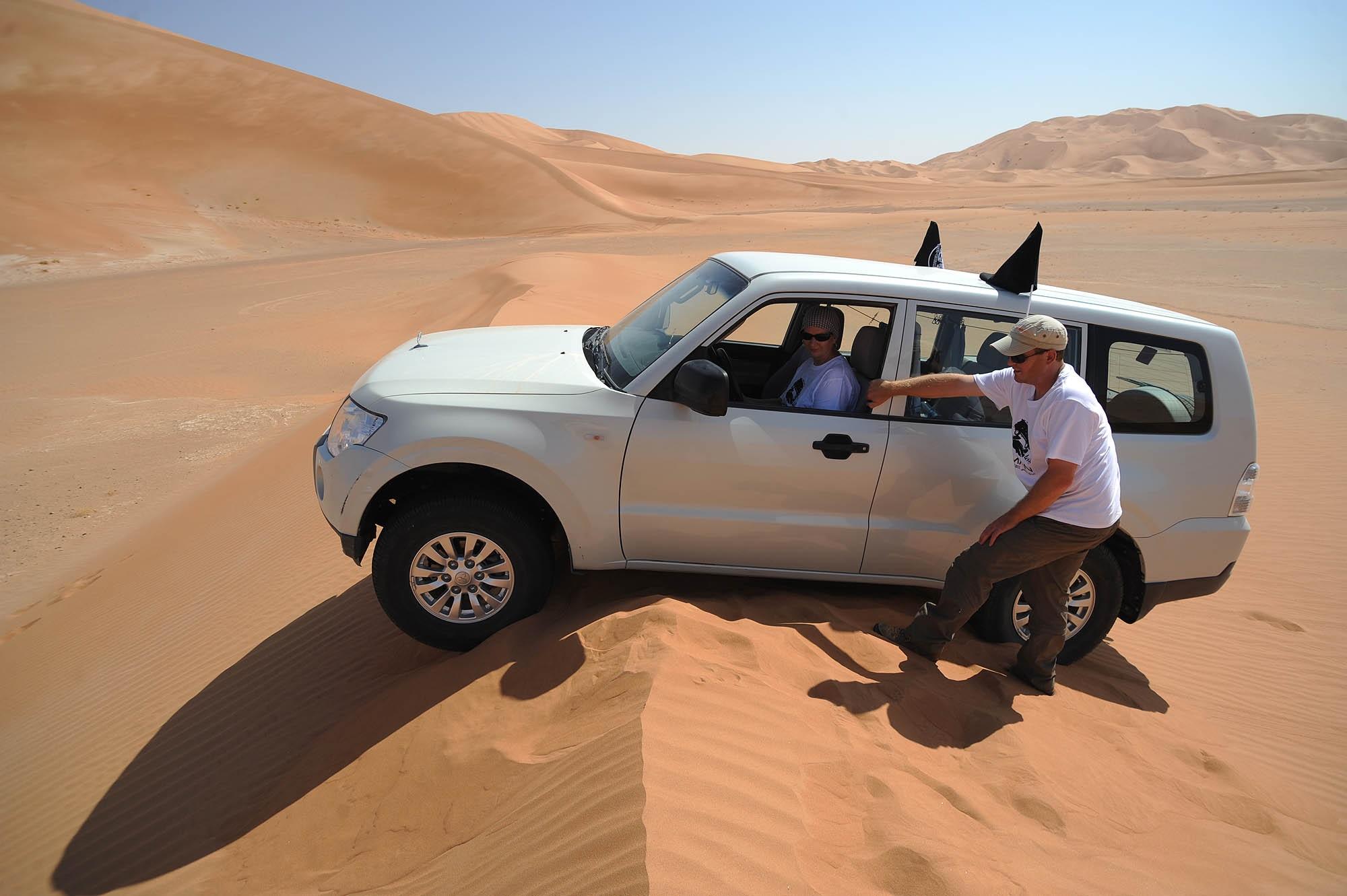 Oman - Bauchlandung! Von alleine geht da nichts mehr, also Schaufeln raus.