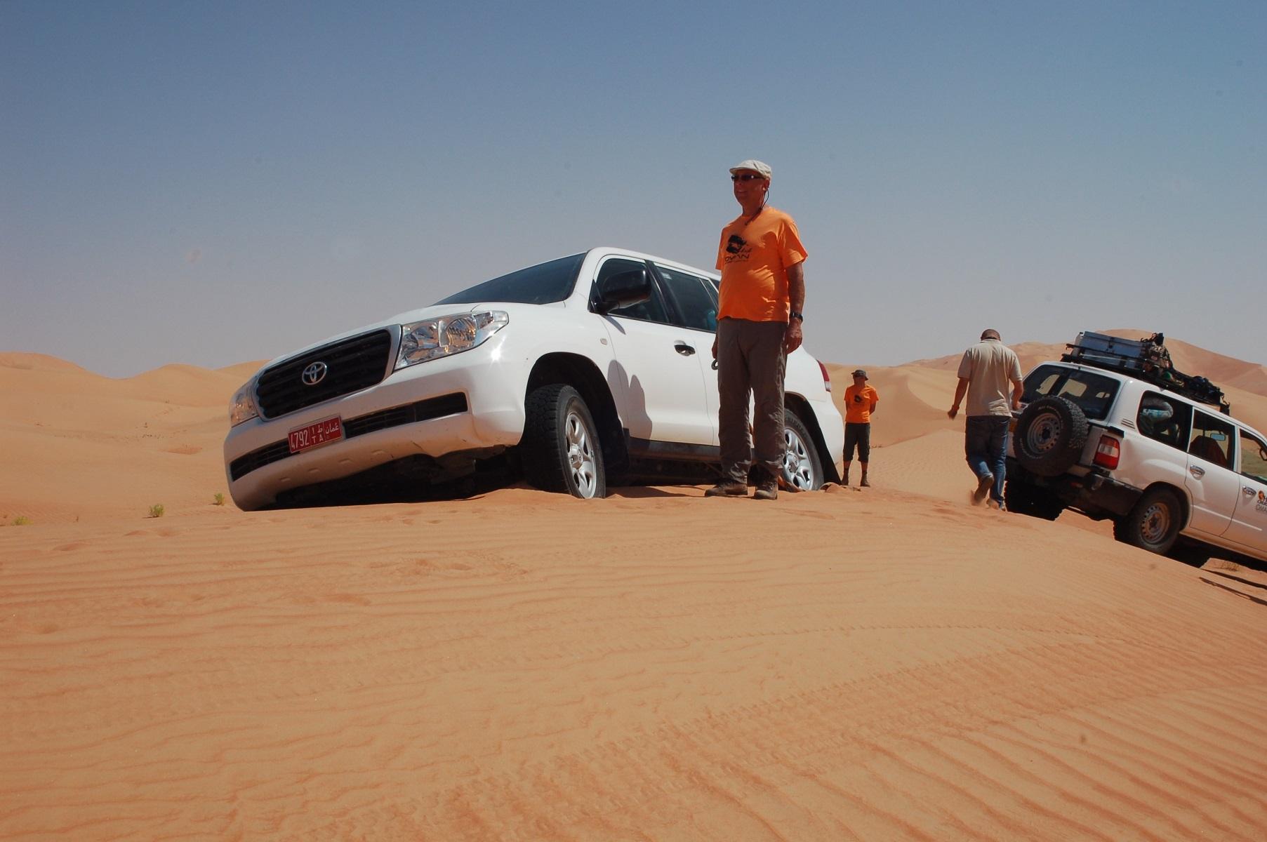 Oman - Die anderen Teilnehmer sind auch auf Geschmack gekommen, was das Fahren und das Schaufeln betrifft.