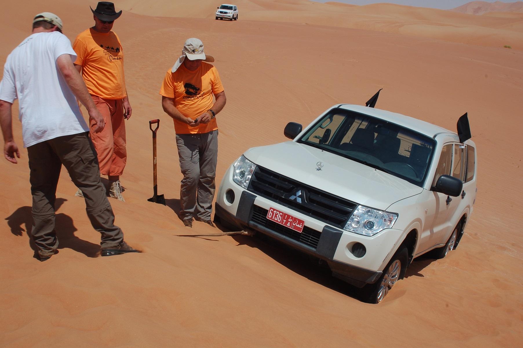 Oman - Leinen Los! Nach einer endlosen Buddelei steht der Land Cruiser Senkrecht endlich zur Falllinie.